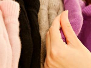 Merawat baju sweater yang berbulu